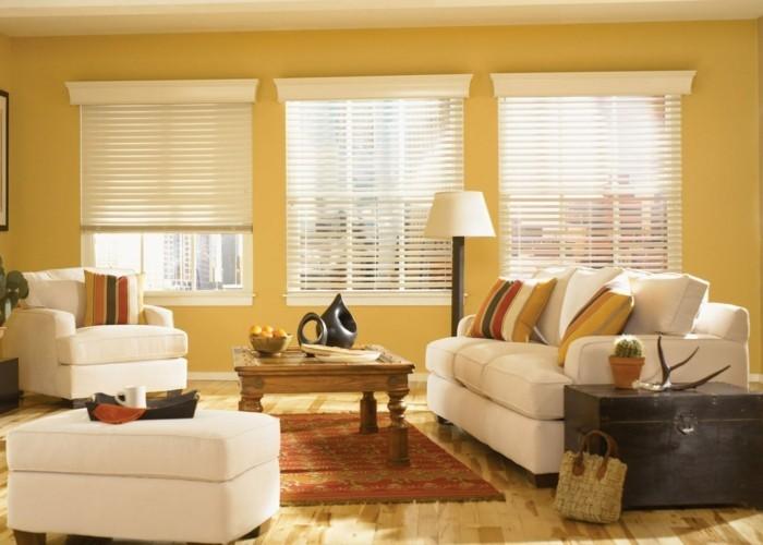 feng shui maison, murs jaunes, tapis rouge, fauteuil et canapé blancs, grandes fenêtres