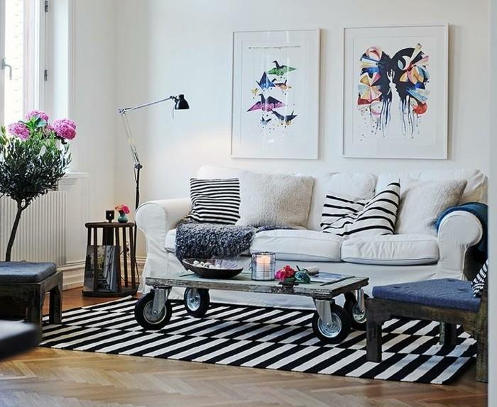 aménager son salon, murs blancs, fleurs roses, housse de chaise bleue, lampe noire