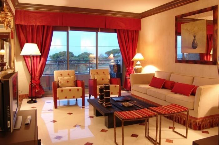 feng shui couleurs, rideaux longs rouges, miroir, canapé blanc, murs beige