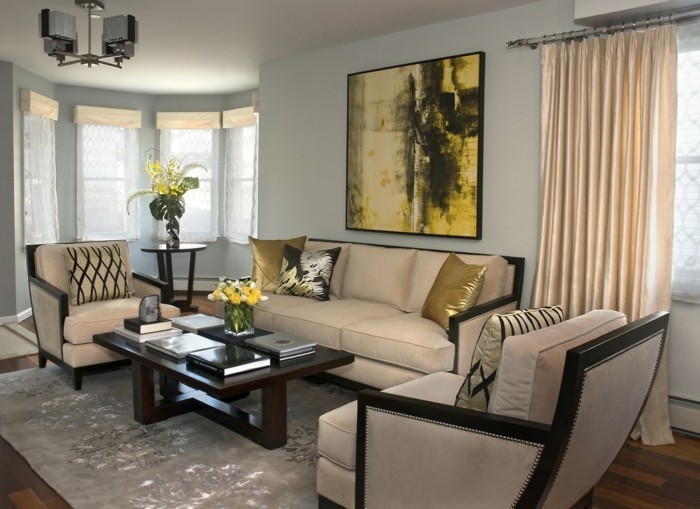 aménager son salon, table noire, grandes fenêtres, rideaux longs, peinture jaune