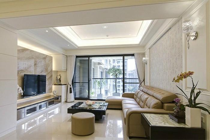 feng shui couleurs, papier peint beige, plafond suspendu, fenêtres noires, rideaux blancs