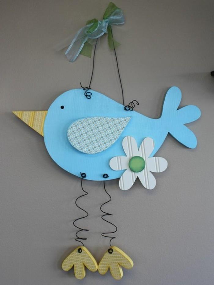 decoration-a-accrocher-oiseau-bleu-paré-d-une-fleur-des-pieds-et-bec-jaune-activité-manuelle-printemps-a-faire-soi-meme