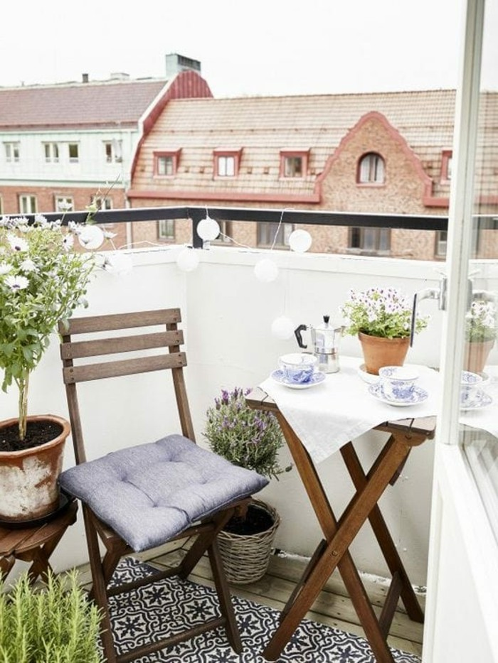 aménager un petit balcon, chaise en bois pliante, petite table, nappe blanche, guirlande lumineuse