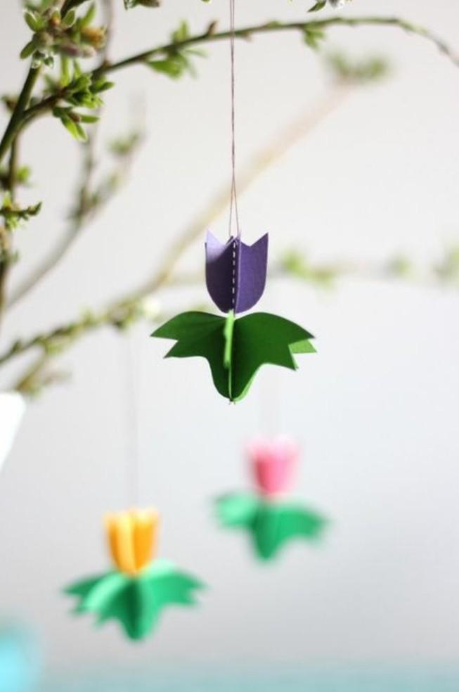 decoration-de-fleurs-tulipes-en-papier-pour-decorer-un-branche-d-arbre-à-feuilles-vertes-idée-activité-manuelle-primaire-à-faire-soi-meme
