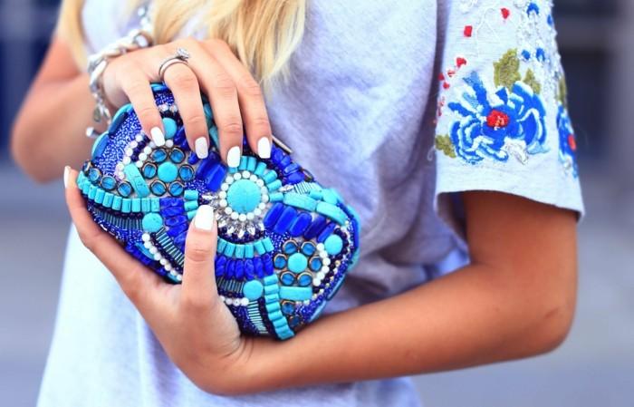 decoration-diy-pochette-perles-et-pierres-couleur-bleue-idée-comment-faire-une-pochette-de-soirée