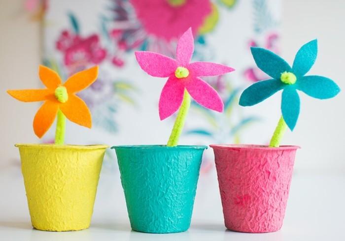 des pots de fleurs customisés avec du papier mâché, fleurs en feutrine multicolores, activité créative maternelle