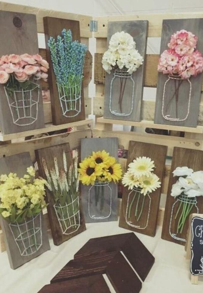 decoration-florale-sur-une-planche-en-bois-vase-avec-des-fleurs-fraiches-boques-idée-d-activité-créative-enfant