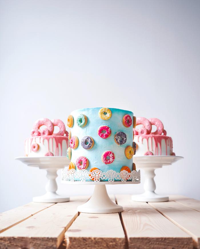 deco mini beignets sucrés sur un simple gateau en bleu et blanc, decoration gateau anniversaire adulte original