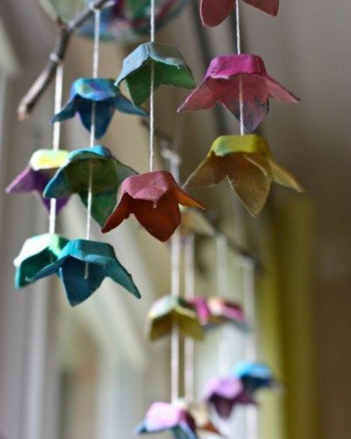 decoration-guirlande-de-fleur-en-papier-fabriqué-à-partir-des-alvéoles-de-la-boite-a-oeufs-petites-fleurs-multicolores-activité-manuelle-printemps