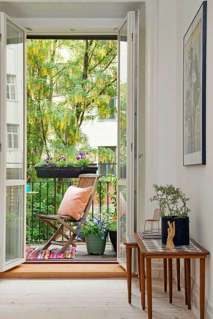 idee deco terrasse, tapis multicolore, pot à fleur vert, coussin orange pastel, chaise en bois
