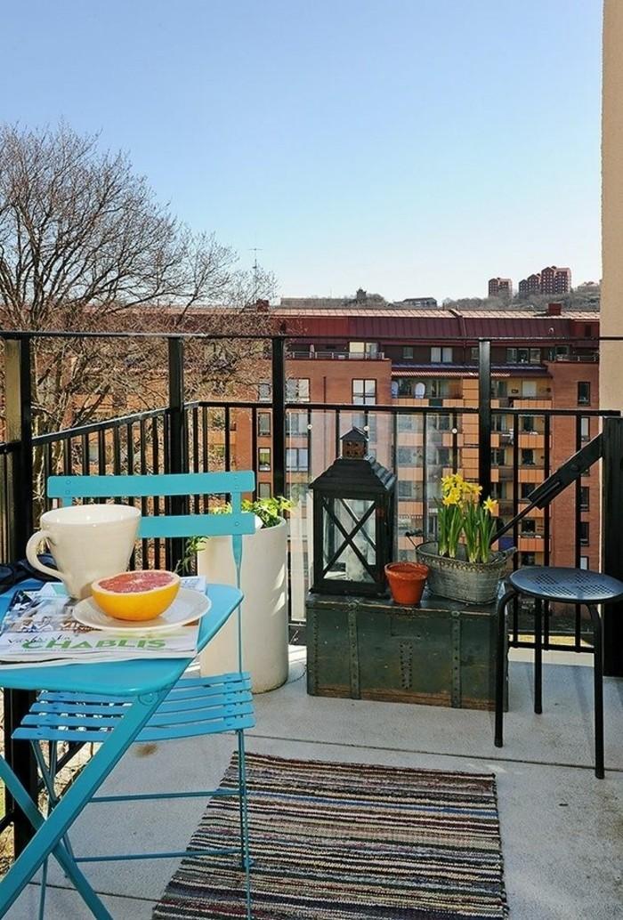aménager un petit balcon, chaise turquoise, table pliante, grande tasse de café, lanterne noire à bougies