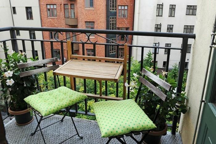amenagement balcon, chaises en bois et fer forgé, housse de coussin vert, table de balcon suspendue