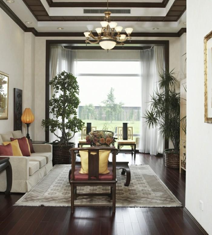 feng shui salon, parquet en bois foncé, plantes tropicales, murs blancs, coussins jaunes