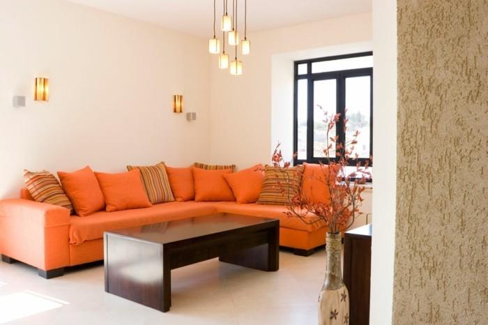 maison feng shui, canapé orange, lampes suspendues, table en bois foncée
