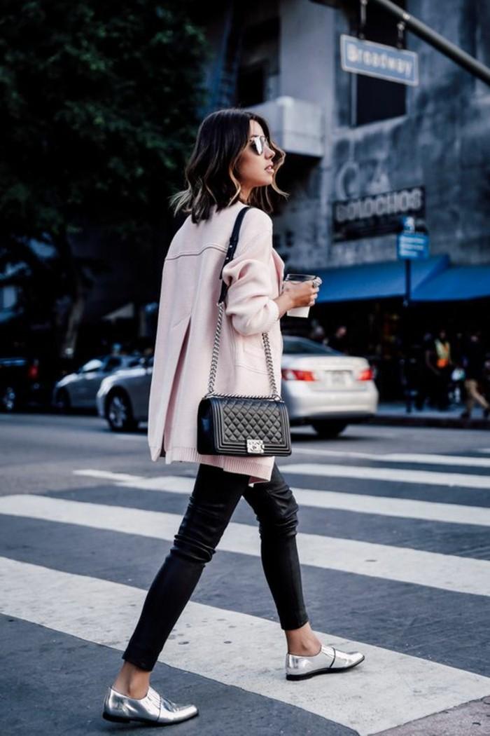derbies-argentées-pantalon-cuir-femme-manteau-rose