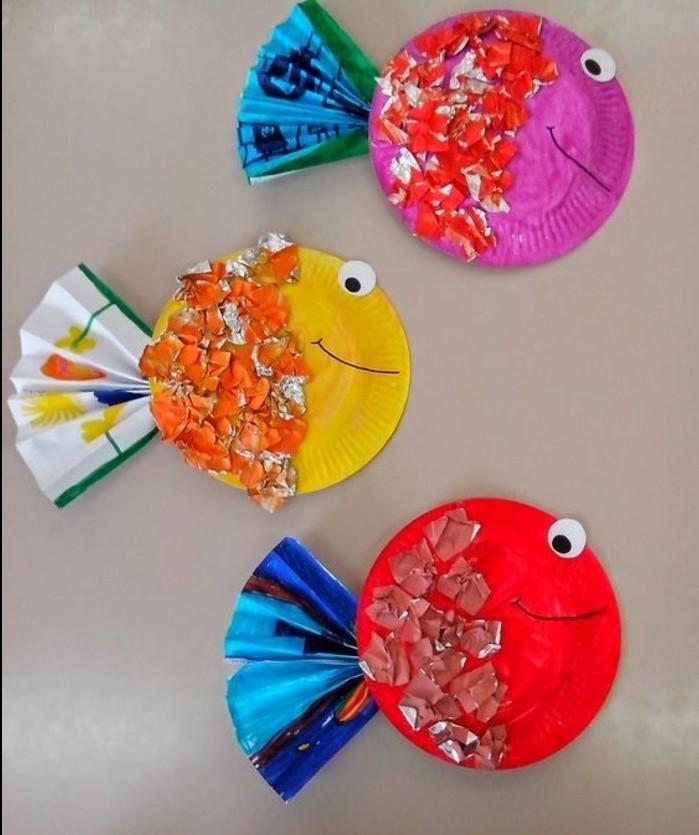 assiettes en papier transformées en poissons multicolores, décoration morceaux de papier, queues en éventail, de syeux en papier