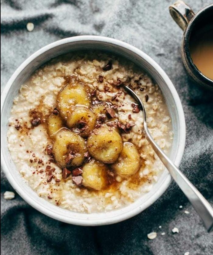 recette porridge avec des bananes caramélisées, huile de coco, sirop d'érable, petit déjeuner minceur à faire soi meme