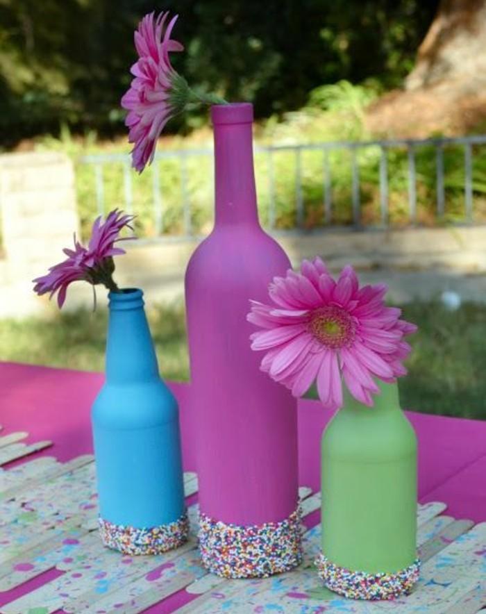 des-bouteilles-en-verre-customisées-et-repeintes-en-couleurs-diverses-decoration-fonds-de-bouteilles-et-fleurs-decotable-florale-activité-créative-pour-printemps