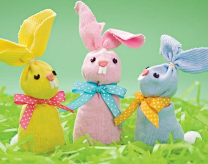 des-chutes-de-tissu-de-couleurs-diverses-transformées-en-lapin-des-rubans-activité-manuelle-paques-pour-enfants-primaire-et-maternelle