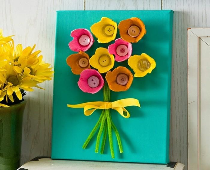 des-cols-de-bouteilles-peints-de-couleurs-diverses-fleurs-sur-une-planches-bleue-idée-activité-manuelle-primaire-decoration-maison-florale