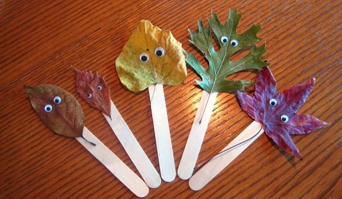decoration amusante batonnets de glace et feuilles mortes, avec des yeux mobiles, activité manuelle automne maternelle