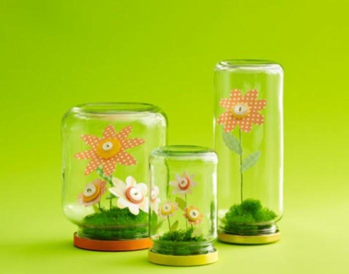 des-fleurs-en-papier-avec-des-boutons-dans-un-pot-en-verre-petit-terrarium-artificiel-idée-activité-manuelle-primaire