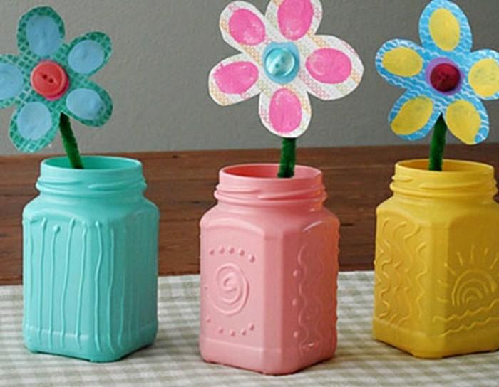 des-fleurs-en-papier-avec-partie-centrale-bouton-multicolore-dans-des-vases-en-plastique-repeints-idée-activité-manuelle-maternelle