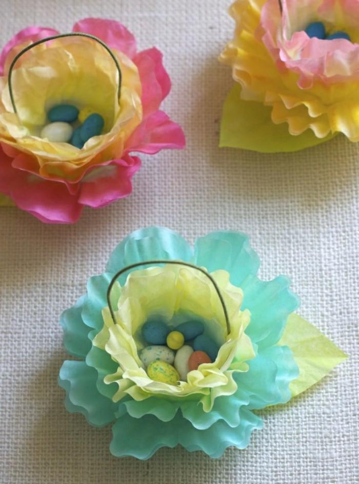 des-fleurs-en-papier-de-soie-petits-paniers-remplis-de-bonbons-en-forme-d-oeufs-multicolores-idée-d-activité-manuelle-printemps