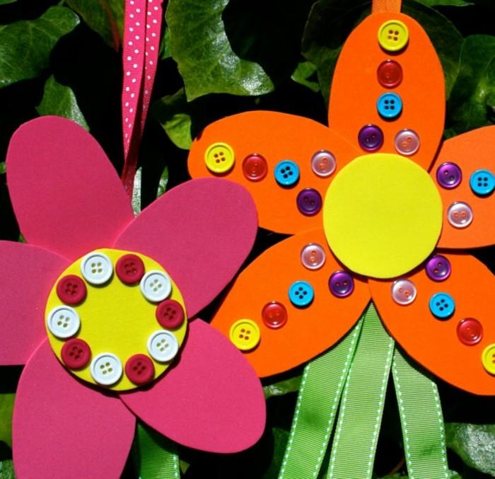 des-fleurs-en-papier-multicolores-des-boutons-multicolores-avec-des-bandes-vertes-activité-manuelle-primaire-maternelle