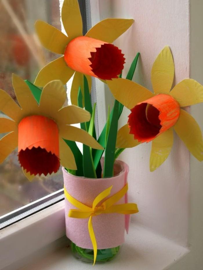 activité manuelle printemps, des jonquilles en papier, dans un vase en plastique, diy rouleaux de papier toieltte et papier