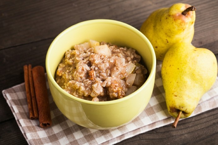 des cubes de poire, de la cannelle et des noix, idée recette poridge avec des flacons avoine, régime alimentaire