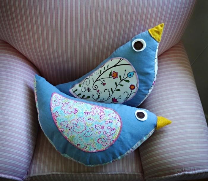 des-oiseaux-bleus-a-motifs-floraux-doudou-fait-maison-patron-simple-idée-comment-fabriquer-un-doudou-facile