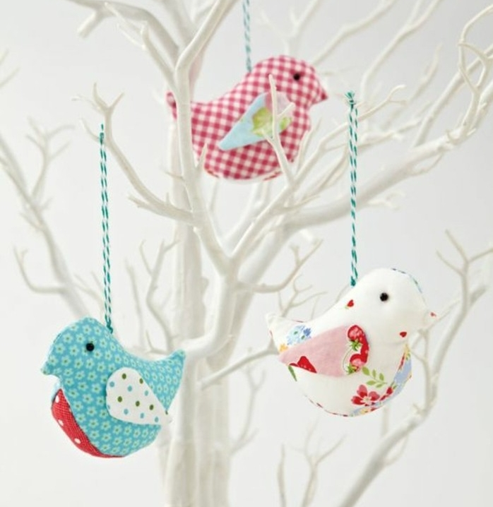 des-ouseaux-en-tissu-blanc-motifs-fleurs-accrochés-sur-les-branches-d-un-arbre-blanche-decoration-maison