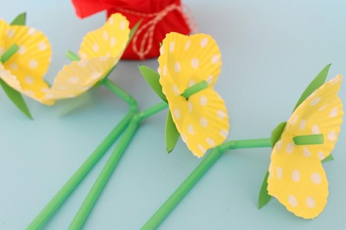 des-pailles-et-guise-de-tiges-et-des-moules-à-muffins-en-guise-de-fleurs-idée-activité-manuelle-maternelle-à-faire-soi-meme