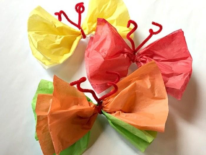 activité créative de maternelle, papillons en papier crépon, orange, rouge, vert et jaune, bricolage enfant