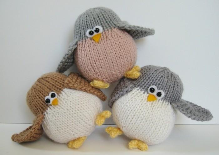 des-penguins-tricot-en-gris-et-blanc-marron-rose-idée-doudou-a-faire-soi-meme-yeux-mobiles-et-pieds-jaunes-tricotés