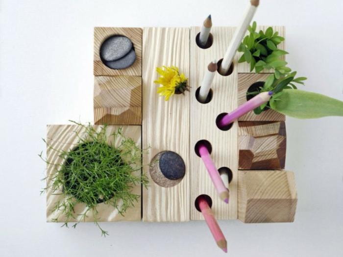 des-pieces-en-bois-creusées-et-transformées-en-rangement-pour-les-fournitures-de-bureau-idée-comment-faire-un-pot-crayon-bois-mural-pour-le-bureau-travail