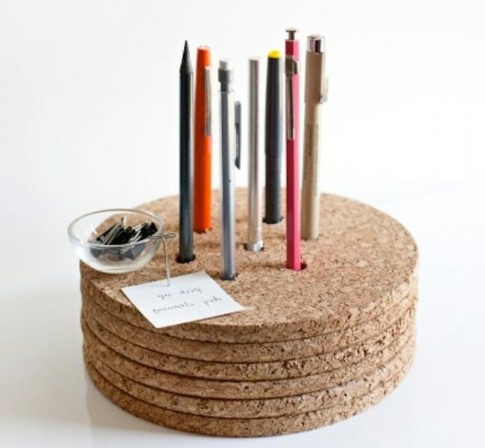 des-planches-de-lieges-superposés-avec-des-trous-rangerment-stylos-et-crayons-idée-comment-faire-un-pot-a-crayon