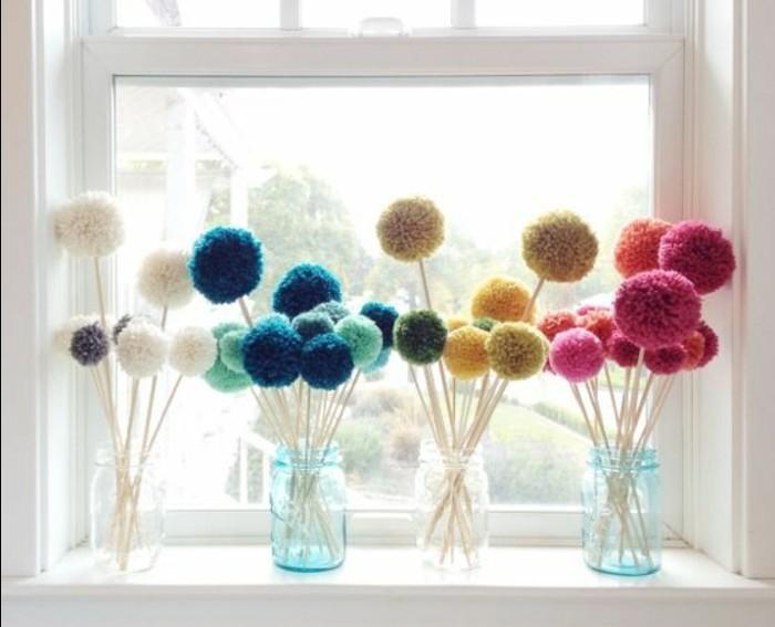 des-pompons-colorés-dans-un-vase-idée-activité-manuelle-printemps-idée-de-bricolage-adulte-et-enfant-a-faire-soi-meme-pots-en-verre