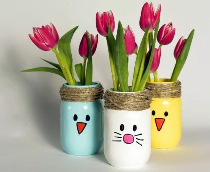 des-pots-en-verre-repeints-en-couleurs-différentes-tulipes-roses-traits-de-visage-petits-bonhommes-vases-customisés-activite-manuelle-adulte-enfant