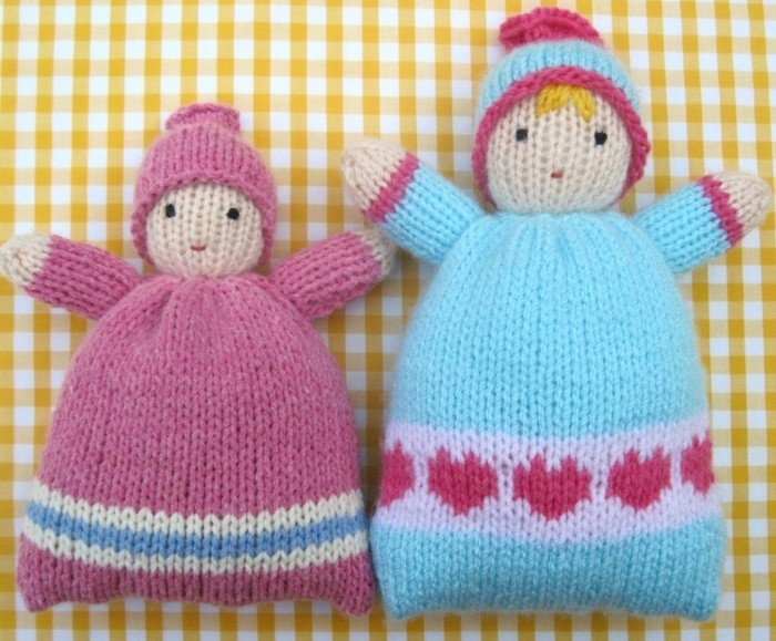 des-poupées-en-bleu-et-rose-avec-un-chapeau-doudou-a-faire-soi-meme-garcon-et-fille-tricot-facile-à-réaliser