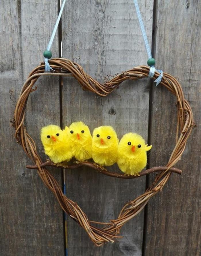 des-poussins-jaunes-perchés-sur-une-couronne-de-branches-en-forme-de-coeur-idée-activité-créative-de-printemps-pour-décorer-sa-maison
