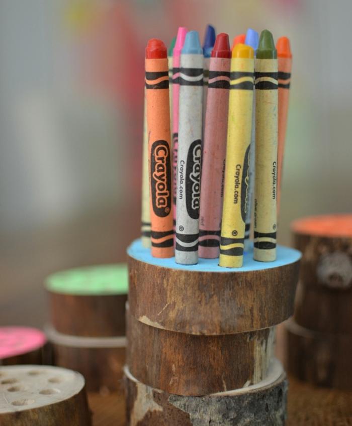 des-rondelles-en-bois-superposées-surface-repeinte-avec-des-trous-pour-ranger-des-crayons-en-couleur-idée-comment-fabriquer-un-pot-a-crayon