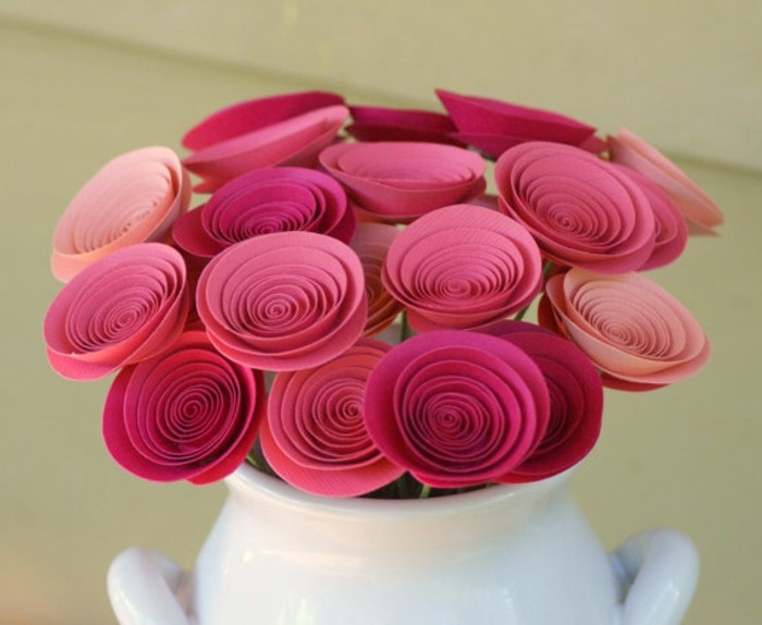 des-roses-en-papier-rose-idée-centre-de-table-bouquet-de-fleurs-artificielles-dans-un-vase-idée-activité-manuelle-printemps-originale
