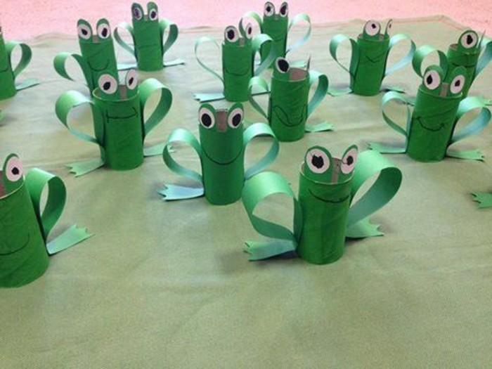 rouleaux de papier toilette peints en vert et transformés en grnouilles avec des yeux en carton, et pieds en papier, idée activite manuelle maternelle