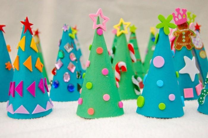 sapins de noel en papier customisés avec des décorations pierres, triangles, étoiles, idée activités manuelles noel