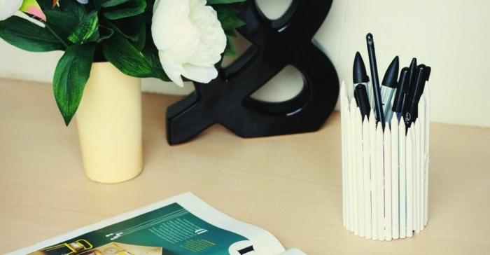 des-stylos-peints-en-blanc-et-collés-ensemble-en-cercle-pour-former-un-pot-a-crayon-diy-idée-originale-de-rangement-stylos-et-crayons