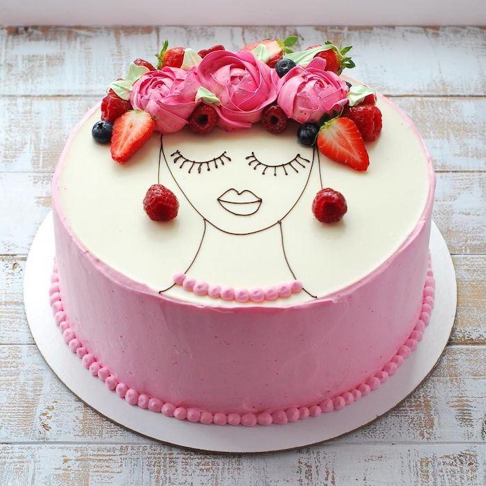 idee gateay facile et original avec dessin de fille au chocolat et cheveux en rose de creme au beurre, fraises et autres fruits rouges