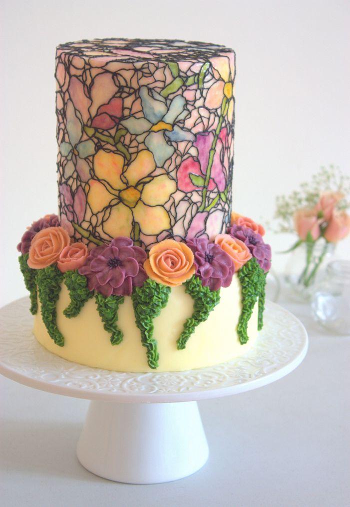 dessin de fleurs sur un gateau style mosaique et base décoré de fleurs en crème beurre avec des motifs végétaux en creme