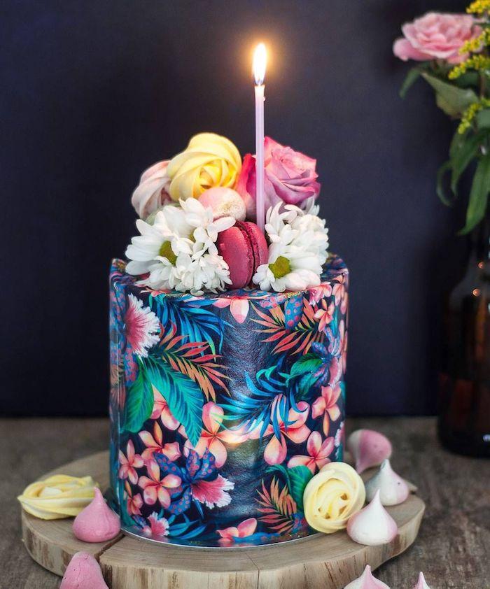 dessin sur gateau theme tropical anniversaire, motifs fleuris et palmier sur fond noir et deco top gateau et fleurs fraiches et macarons